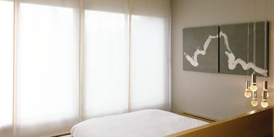 Los Paneles Japoneses son un tipo de Cortina que se adaptan a cualquier tejido y decoración. Diseño dividido en paños ajustados a un fino riel que permite un movimiento libre de tus paños para disfrutar de la recogida que desee